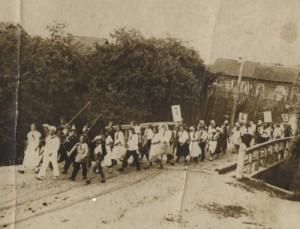 пионеры идут через мост