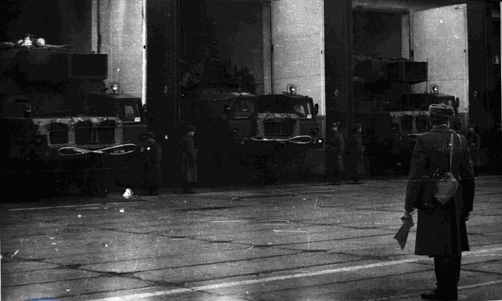 фото Выход машин подвижного командного пункта из боксов