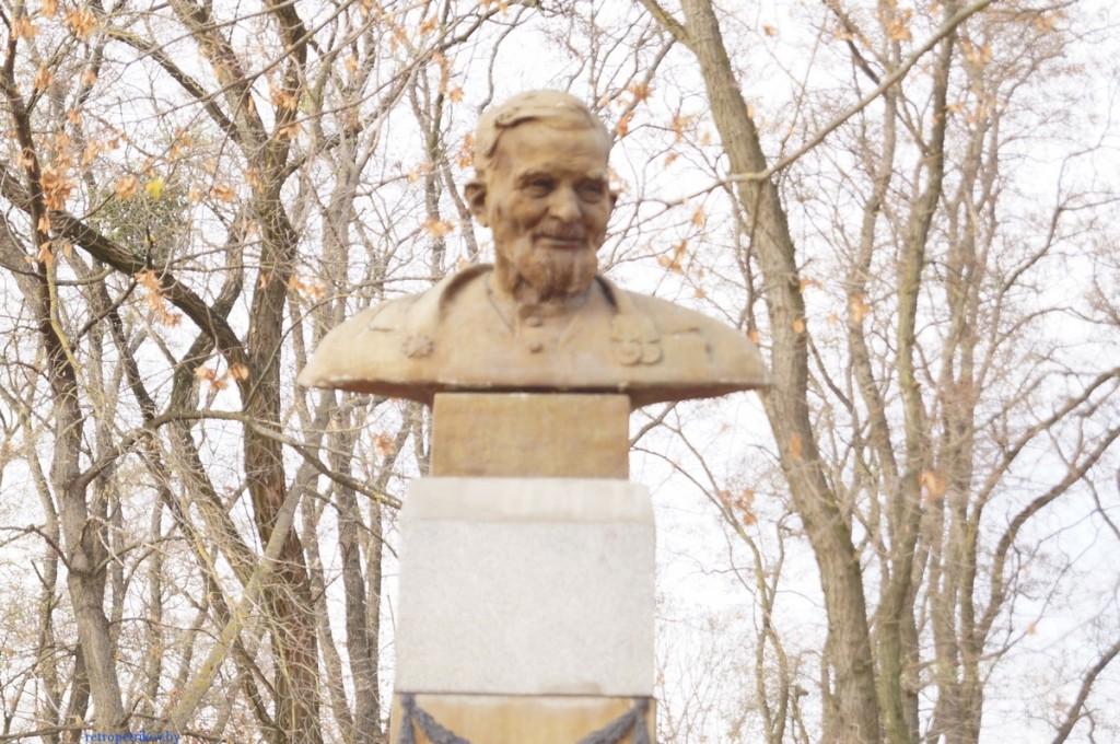 фото памятника Деду Талашу в Петрикове