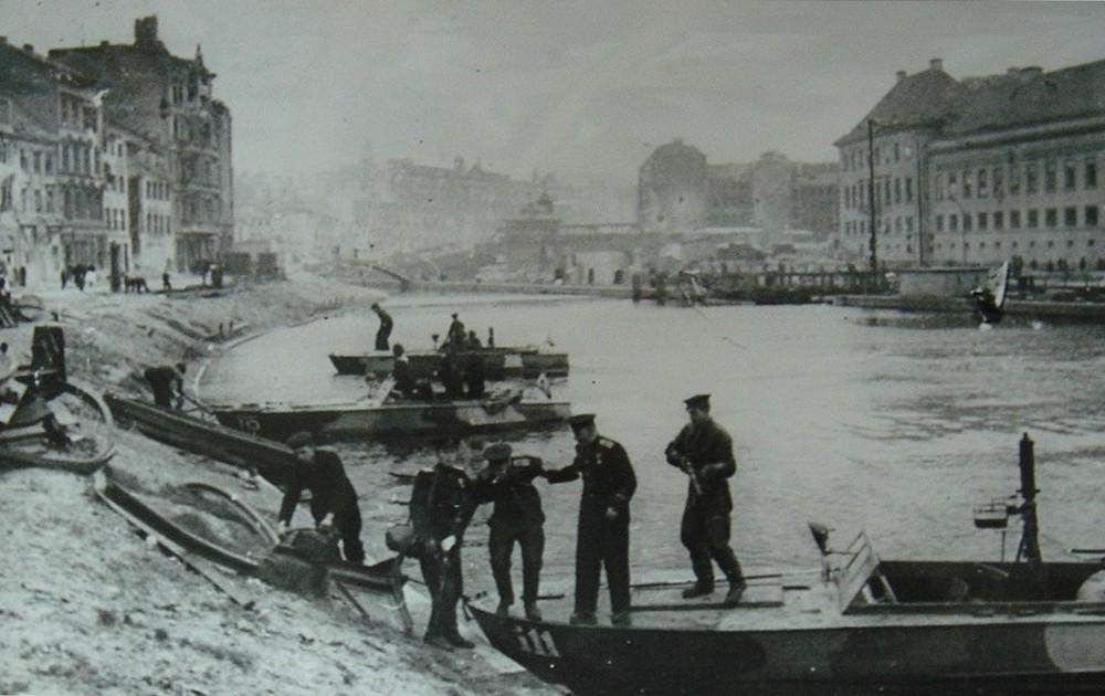 Днепровская флотилия в Берлине на р. Шпрее