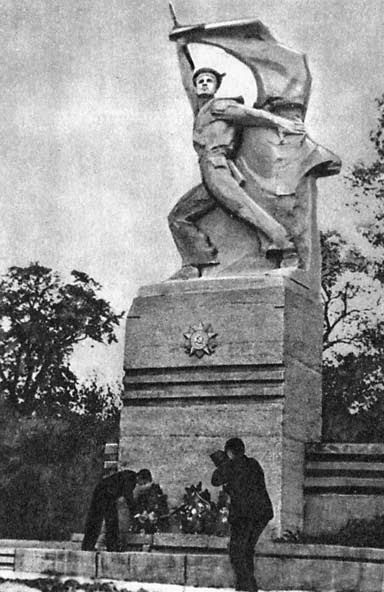 фото памятника Чалому