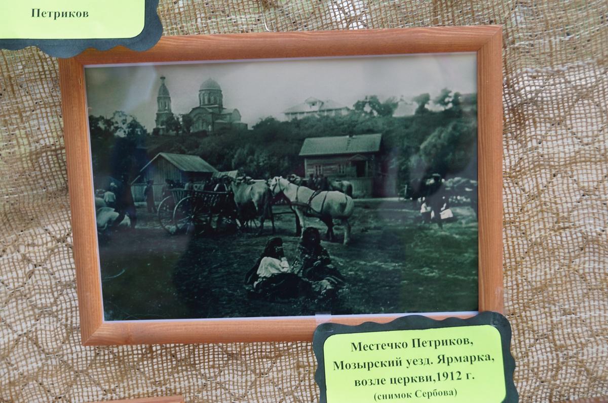 школьник расСматривает значки эпохи СССР