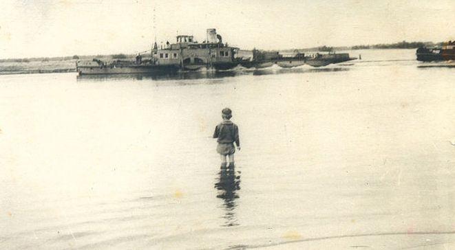 мальчик рыбачит на Припяти
