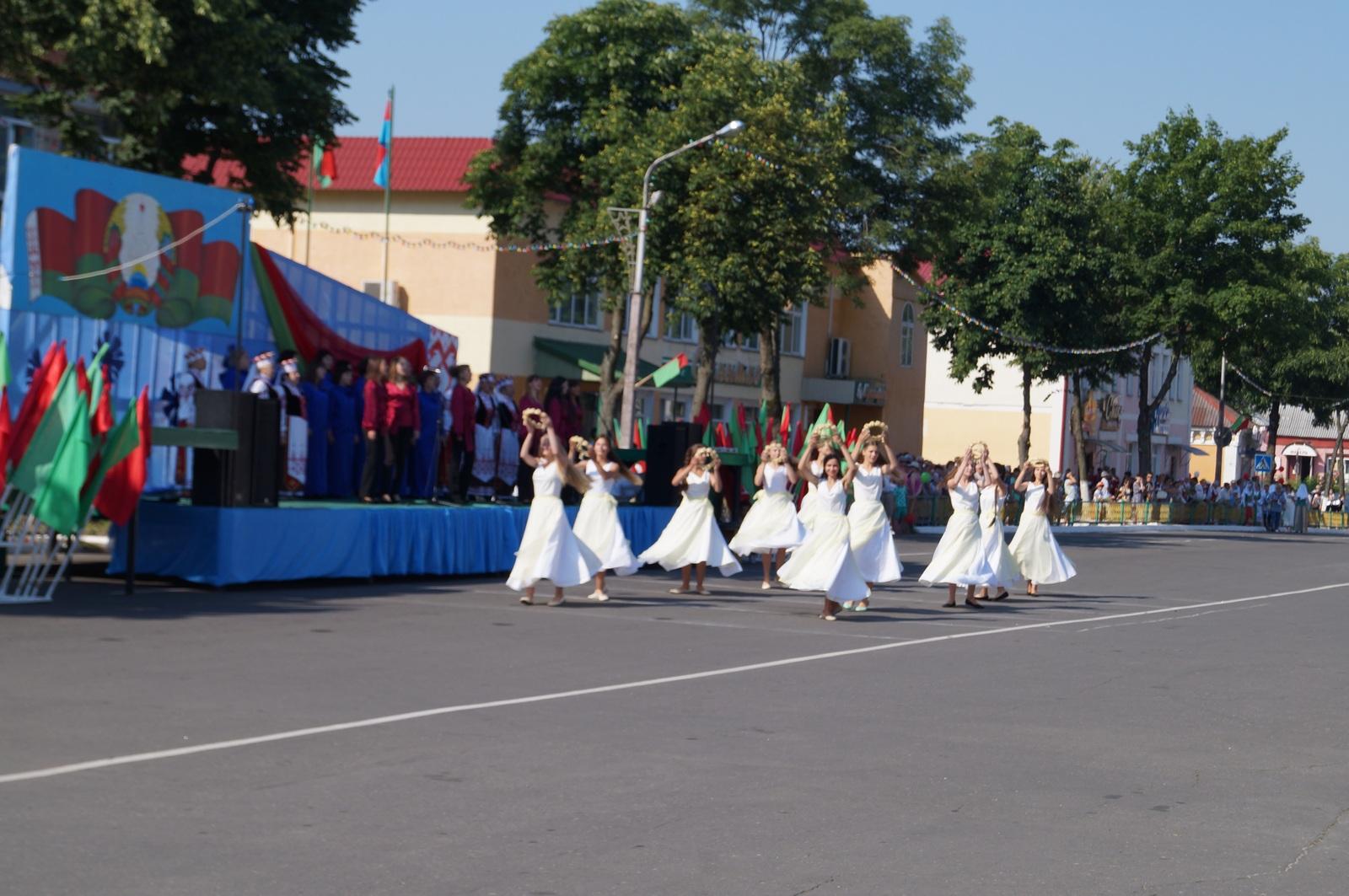 танцовщицы в белых платьях
