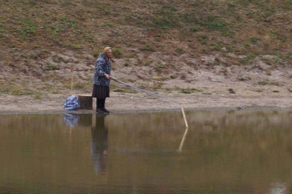 бабушка на конкурсе рыболовов
