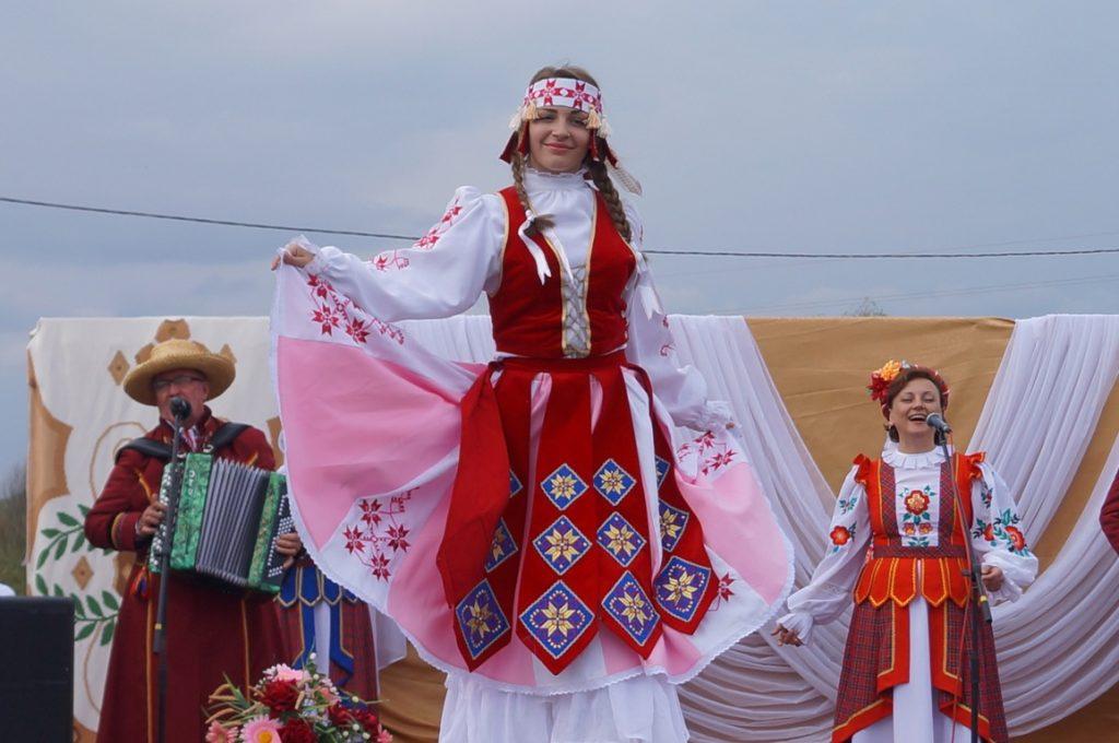 девушка в национальной одежде на ходулях
