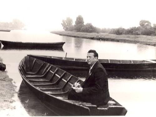 фото поэта на лодке