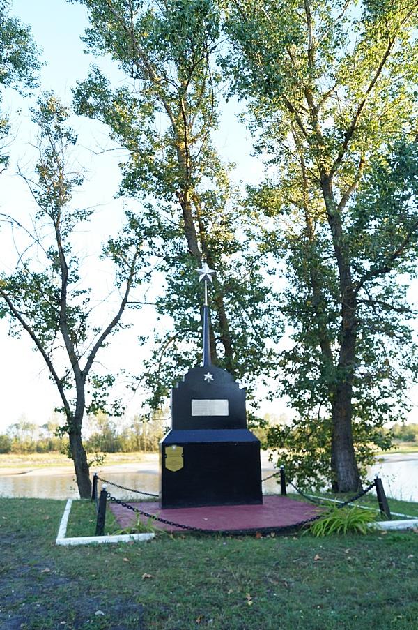 памятник на берегу припяти