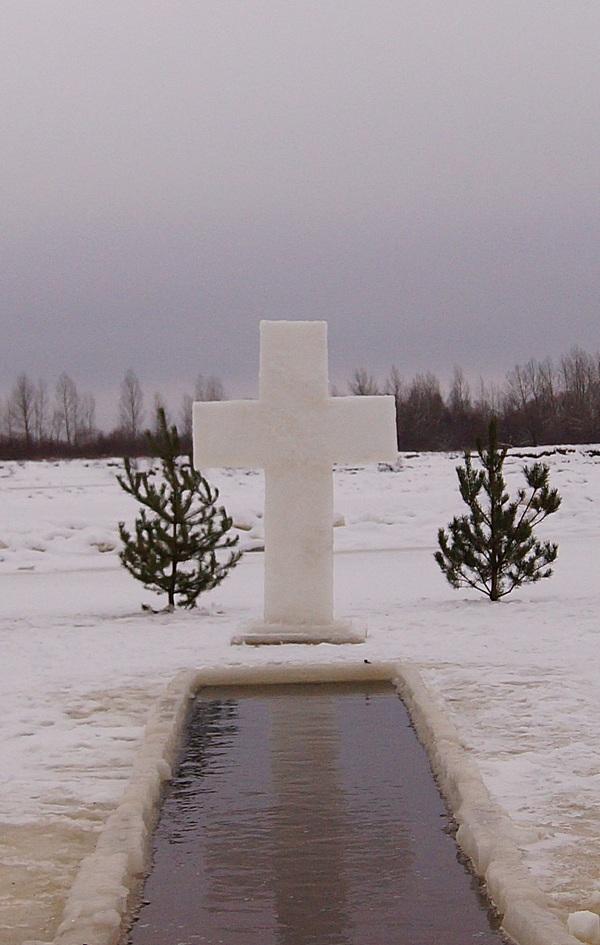 крест возле купели