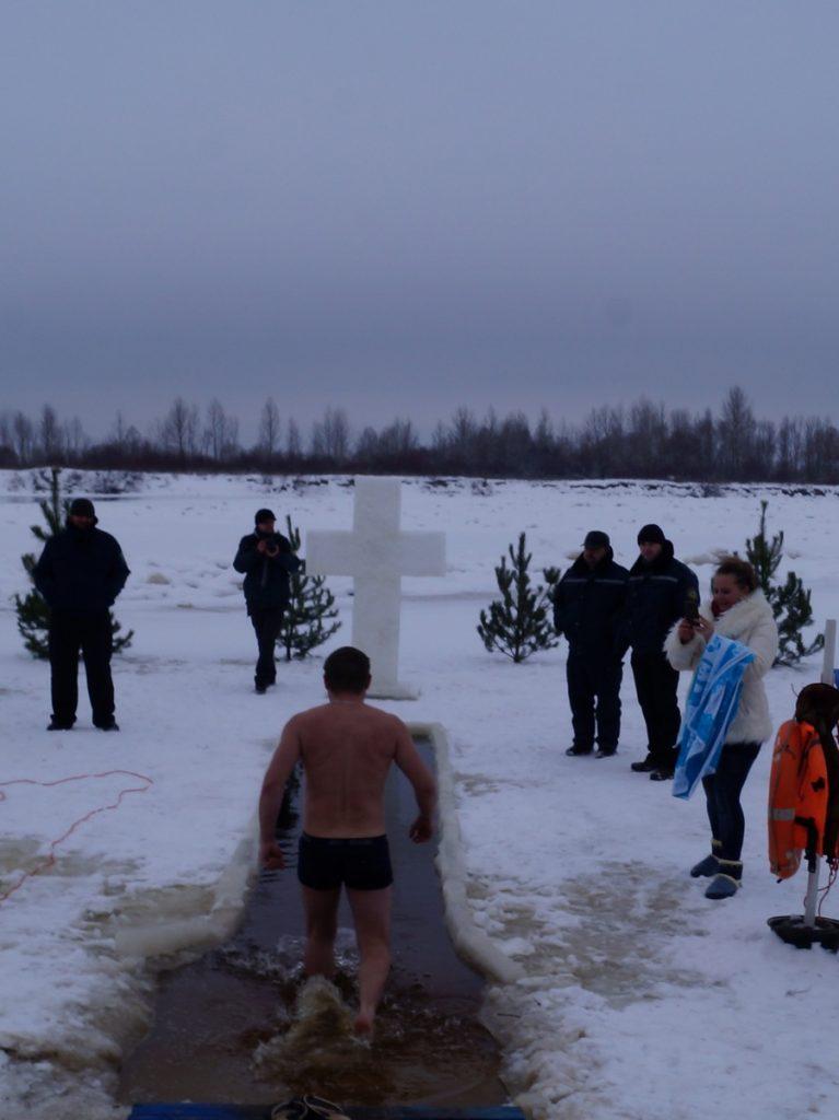 фото ритуала купания в крещенской купели