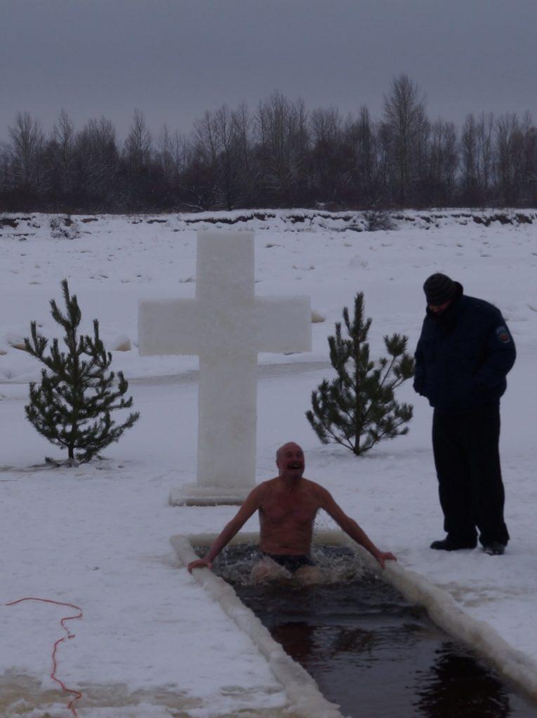 фотофото - ритуала купания в крещенской купели