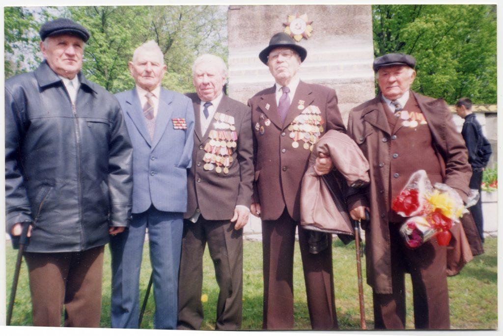 фото ветеранов возле памятника Чалому