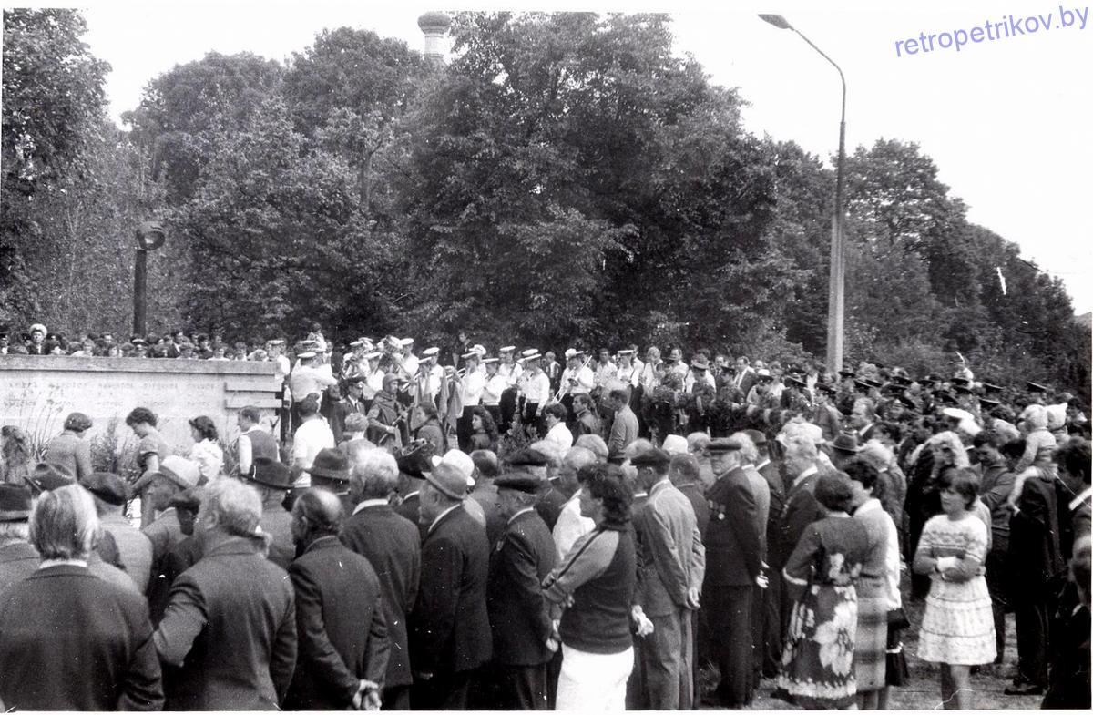 моряки возле памятника Чалому