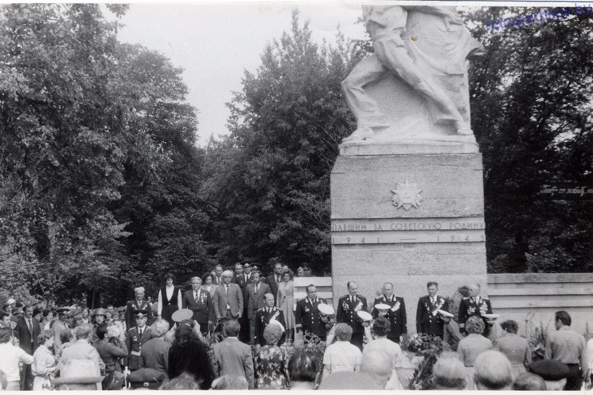 Ветераны моряки возле памятника Чалому в Петрикове
