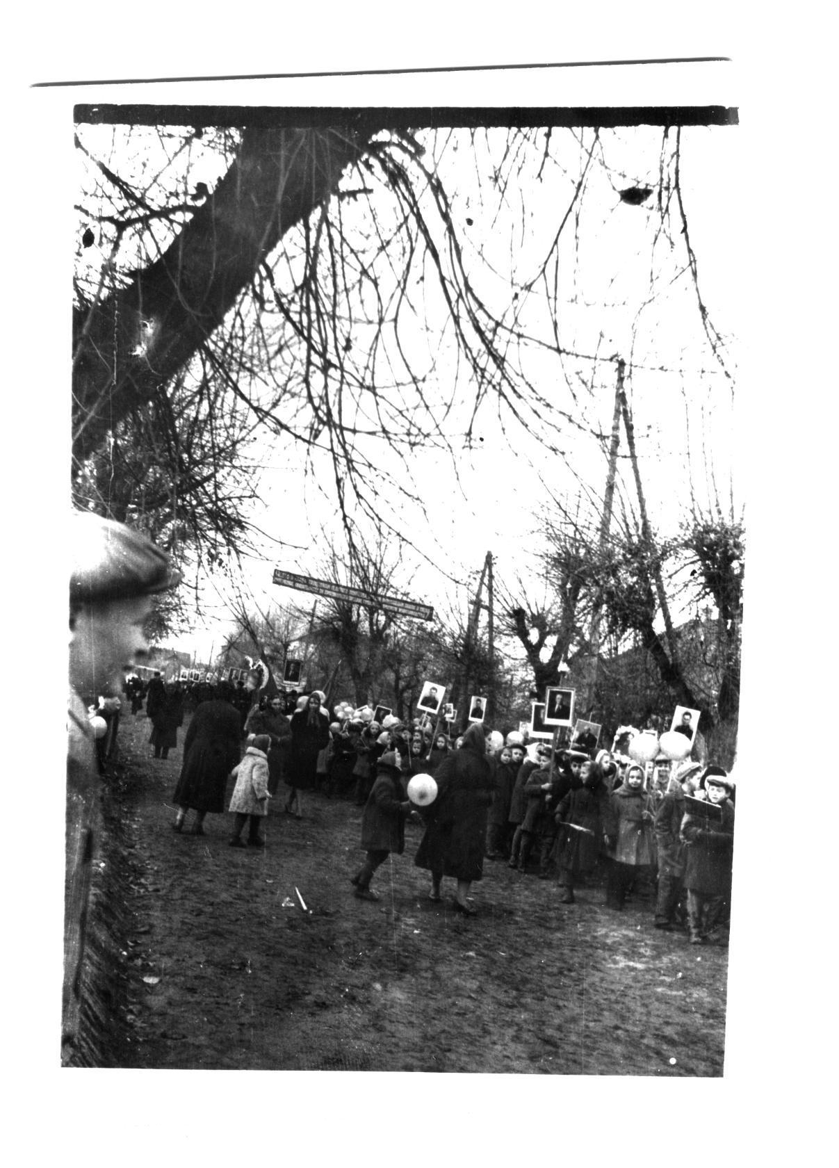 октябрьская демонстрация в Петрикове