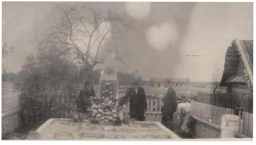возложение цветов к братской могиле